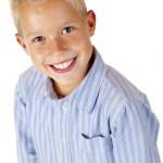 Portrait eines lachenden, glücklichen Jungen von oben